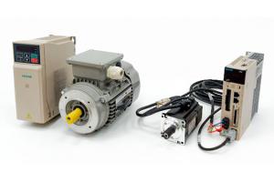 Porównanie zestawów - silnika AC z enkoderem i falownikiem vs. napędy serwo AC